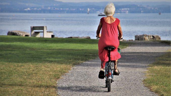 personne agée à vélo