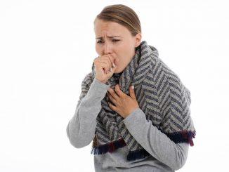 personne souffrant d'un mal de toux grasse
